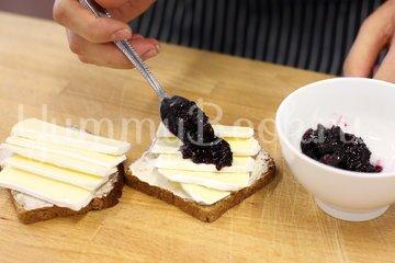 Бутерброд с сыром Камамбер и клюквенным вареньем - шаг 2