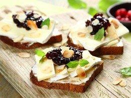 Бутерброд с сыром Камамбер и клюквенным вареньем
