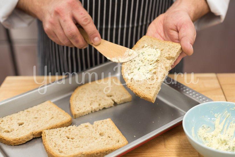 Яичница с лисичками на хлебе - шаг 1