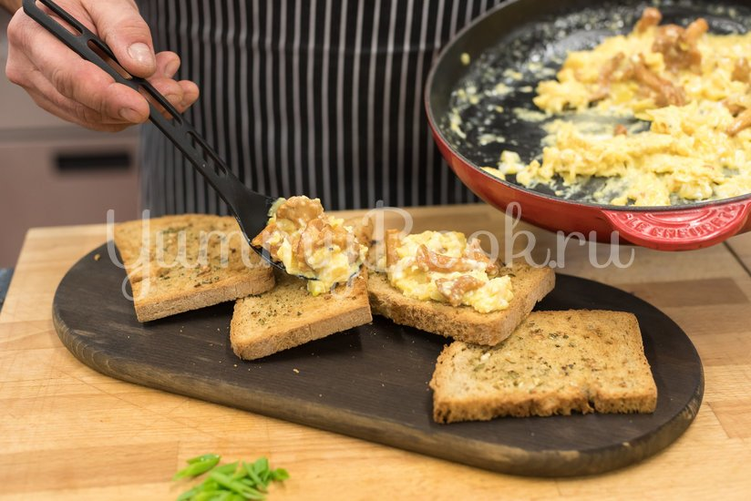 Яичница с лисичками на хлебе - шаг 4