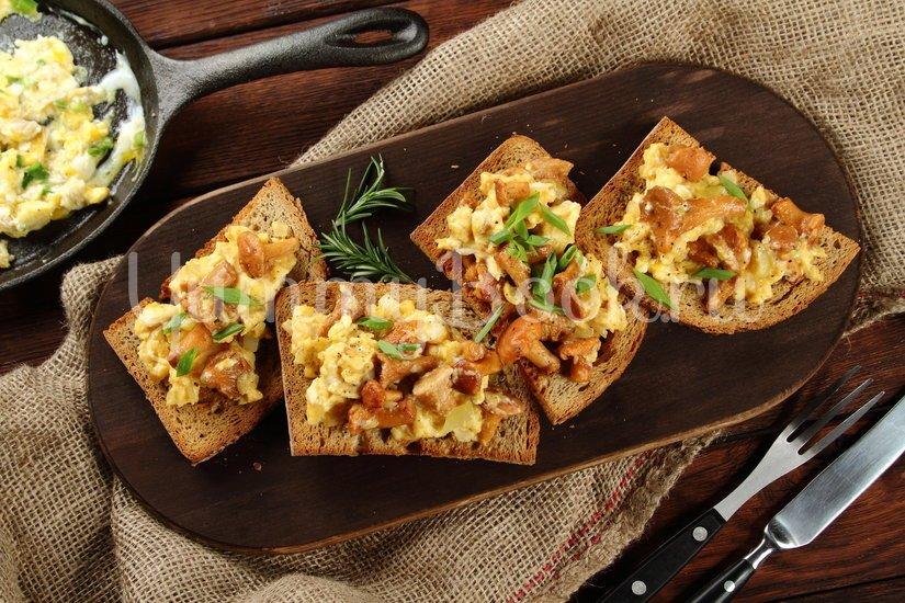 Яичница с лисичками на хлебе - шаг 5