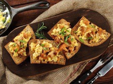 Яичница с лисичками на хлебе