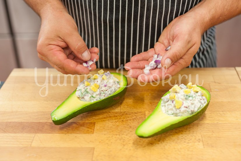 Фаршированный авокадо с сельдью - шаг 4