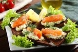 Бутерброды с авокадо и лососем