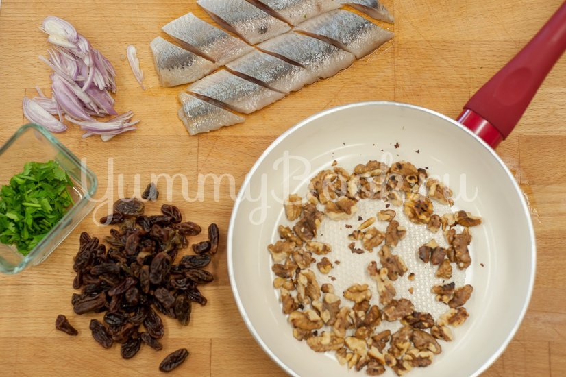Сельдь с изюмом, орехами и гранатом - шаг 2