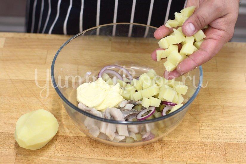 Салат с сельдью и яйцом - шаг 3