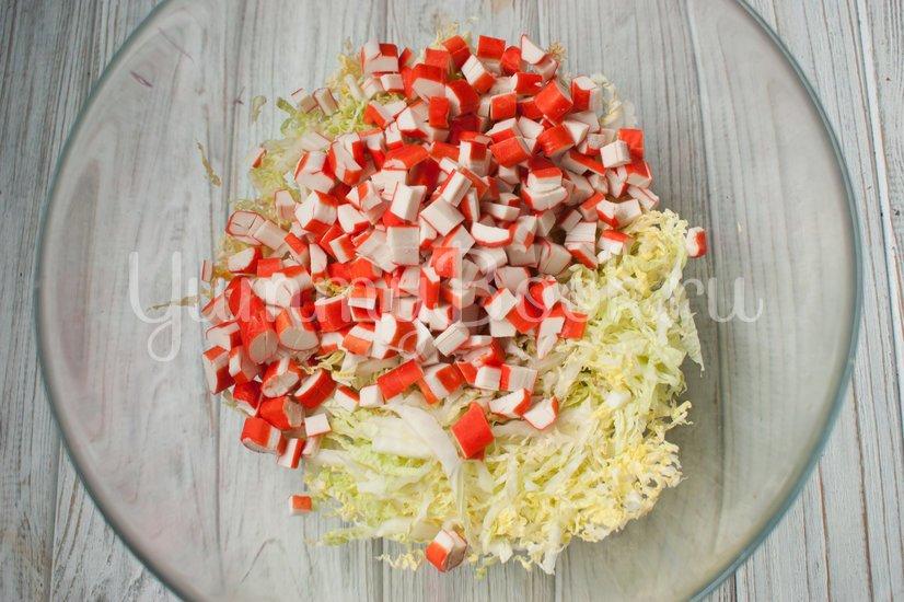 Салат с пекинской капустой, крабовыми палочками и ананасами - шаг 2