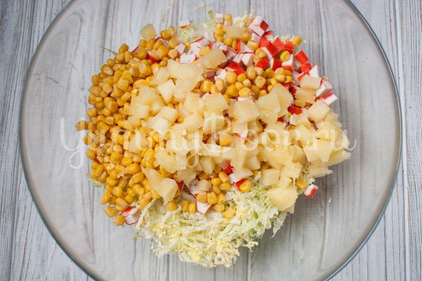 Салат с пекинской капустой, крабовыми палочками и ананасами - шаг 4
