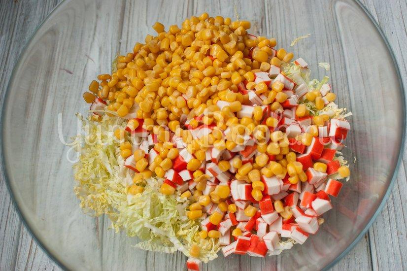 Салат с пекинской капустой, крабовыми палочками и ананасами - шаг 3