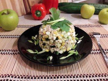 Простой салат с тунцом и яблоком