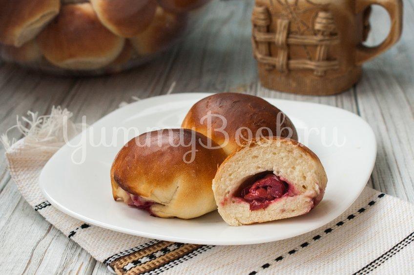 Быстрые дрожжевые пирожки с вишней
