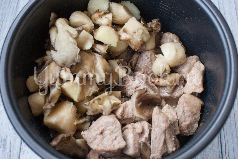Тушеная свинина с черносливом и грибами в мультиварке - шаг 3