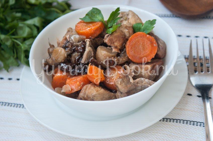 Тушеная свинина с черносливом и грибами в мультиварке