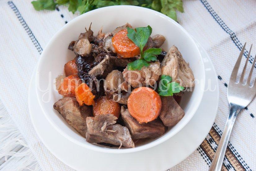 Тушеная свинина с черносливом и грибами в мультиварке - шаг 7