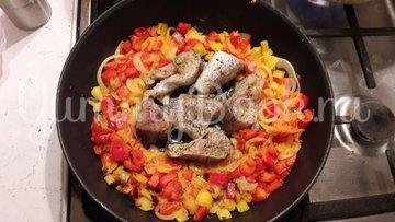 Минтай с овощами на сковороде - шаг 3