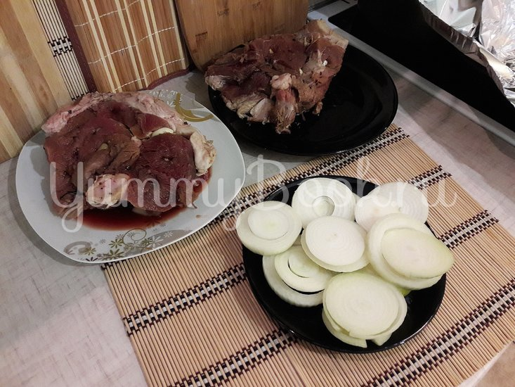 Запечённая свинина, маринованная в пиве с яблоками и овощами - шаг 5