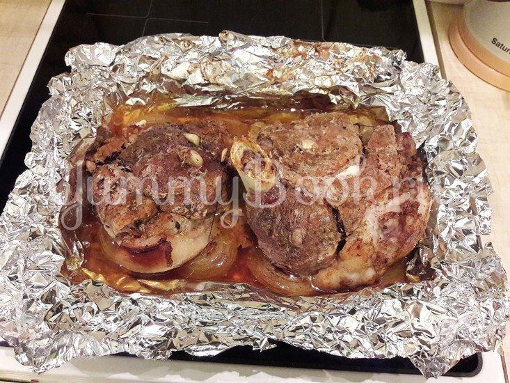 Запечённая свинина, маринованная в пиве с яблоками и овощами - шаг 8