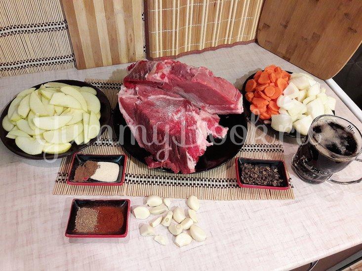 Запечённая свинина, маринованная в пиве с яблоками и овощами - шаг 2