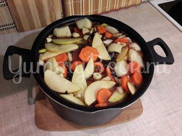 Запечённая свинина, маринованная в пиве с яблоками и овощами - шаг 3