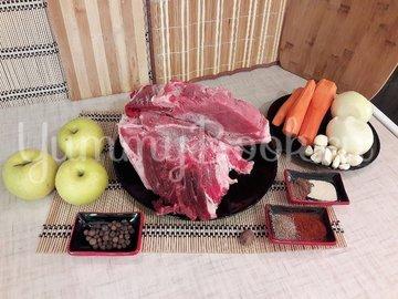 Запечённая свинина, маринованная в пиве с яблоками и овощами - шаг 1