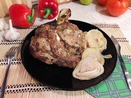Запечённая свинина, маринованная в пиве с яблоками и овощами