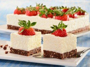 Кокосовый десерт с ягодами