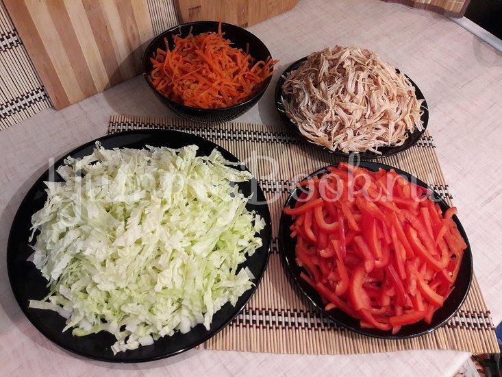 Сочный салат с запечённым куриным филе и овощами - шаг 5