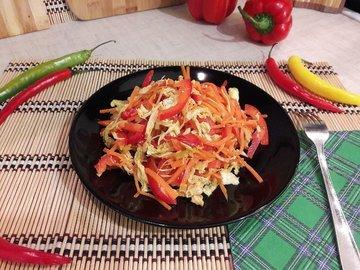 Сочный салат с запечённым куриным филе и овощами