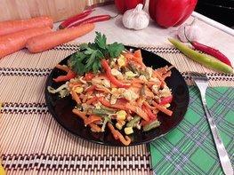 Куриное филе с разноцветными овощами