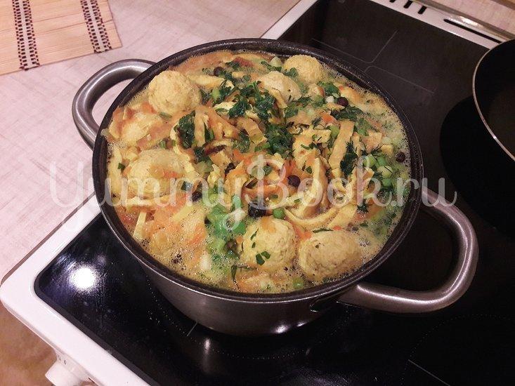 """Лёгкий суп с куриными фрикадельками и яичной """"лапшой"""" - шаг 10"""