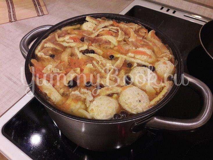 """Лёгкий суп с куриными фрикадельками и яичной """"лапшой"""" - шаг 9"""