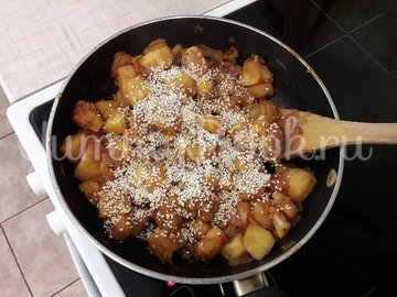 Картофель с соевым соусом и кунжутом  - шаг 7
