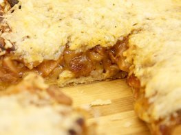 Пирог с сосисками, беконом и фасолью