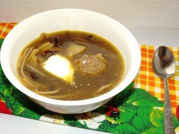 Суп из сушеных опят с куриными фрикаделями и гречневой пастой