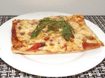 Пицца с помидорами на тесте для итальянской пиццы