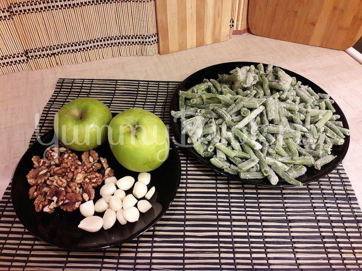 Стручковая фасоль с чесноком, яблоком и грецкими орехами - шаг 1