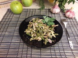 Стручковая фасоль с чесноком, яблоком и грецкими орехами