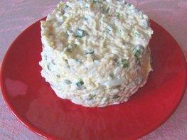 Салат с куриным филе, яйцами, сыром и горошком