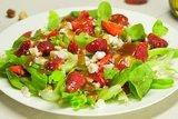 Летний салат с клубникой