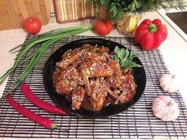 Куриные крылья, томлённые в пряном соусе