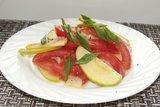 Летний салат с помидорами и яблоком