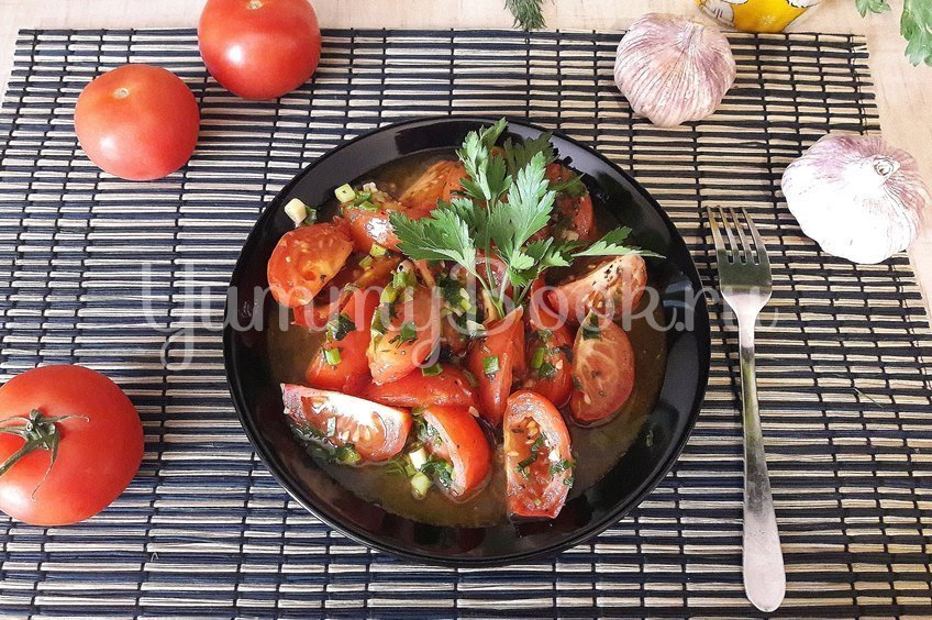 Тушёные помидоры с чесноком и зеленью