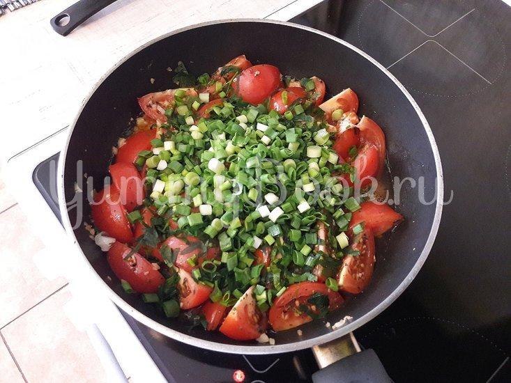 Тушёные помидоры с чесноком и зеленью - шаг 7