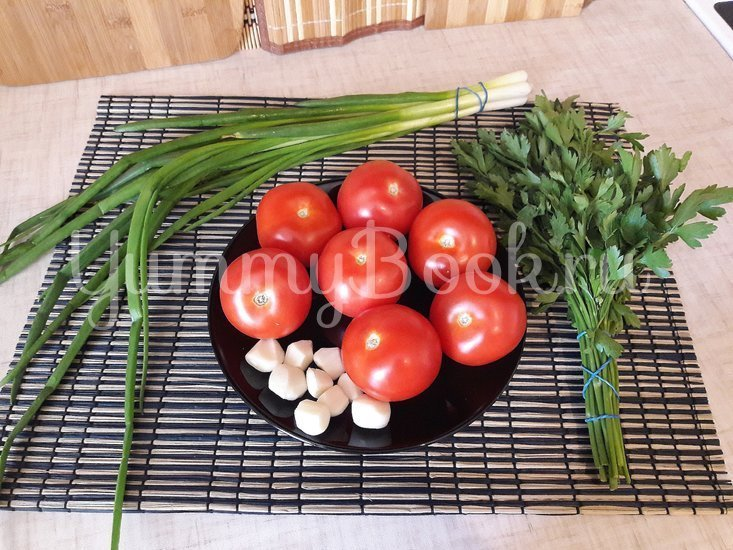 Тушёные помидоры с чесноком и зеленью - шаг 1