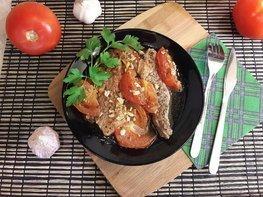 Свинина, запечённая с помидорами и чесноком
