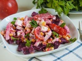 Свекольный салат с кукурузой и копчёной грудинкой