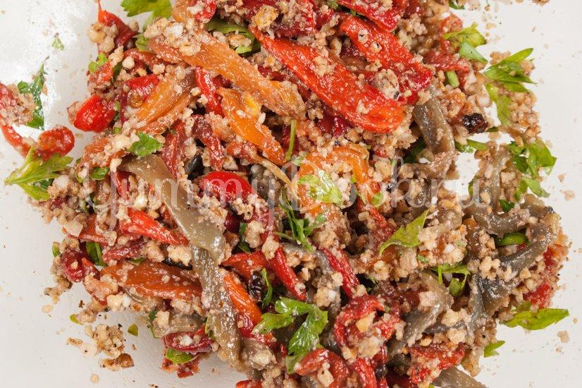 Салат из печёного сладкого перца с орехами и чесноком - шаг 6