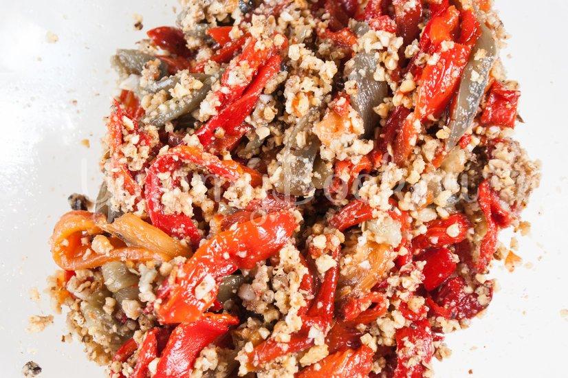 Салат из печёного сладкого перца с орехами и чесноком - шаг 5