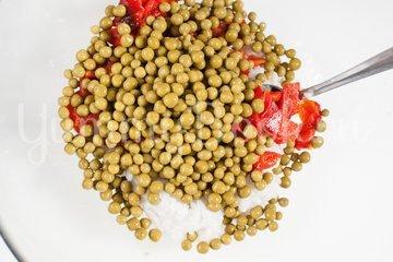 Салат из печёного сладкого перца с рисом и зелёным горошком - шаг 4