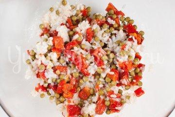 Салат из печёного сладкого перца с рисом и зелёным горошком - шаг 5